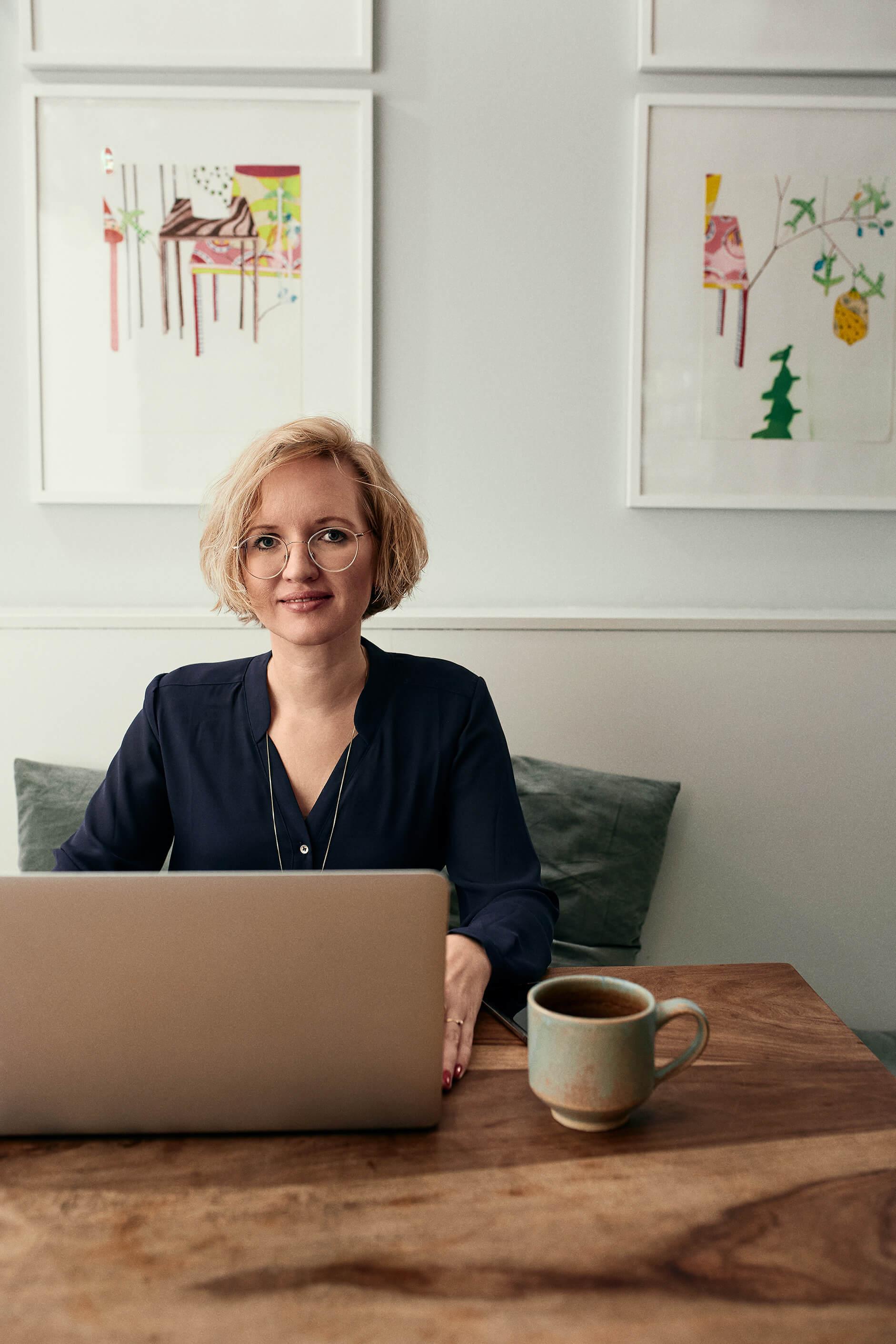 Twostay Coworking Space Munich Alisa Freelancer writer working on laptop
